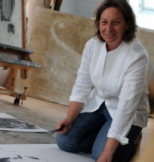 Françoise DANEL - urodzona w 1960 roku francuska malarka, mieszka i pracuje nieopodal Lille od 1989 roku. Zajmuje się malarstwem sztalugowym od ponad 25 lat. Ma na koncie liczne wystawy indywidualne i grupowe. Twórczość Françoise DANEL skupia się przede wszystkim na wyrafinowanej formie i subtelnym kolorze. W malarstwie artystki minimalistyczne martwe natury przedstawiające kamienie, skały ustępują miejsca abstrakcji.