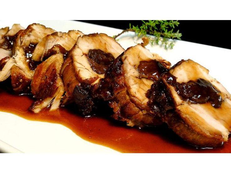Carre de cerdo mechado con ciruelas y panceta, se va mojando durante la cocción con jugo de naranja con miel y mostaza. Ingredientes 2,6 kg Carre de cerdo o bondiola 200 g Ciruelas pasas 300 g Panceta 1/2 taza Miel 1/2 taza Mostaza 1/2 taza Jugo de naranja 6 o 7 Papas medianas 1 Batata …