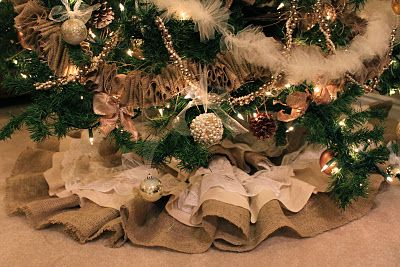 DIY: Burlap and Lace Christmas Tree Skirt - posted by do it yourself divas - #Christmas #tree #skirt #decoration #sew #sewing #burlap #lace #muslin #ruffles #ruffled #sewn #craft #crafts #crafting #DIY #pattern #instructions #cottage #country #farmhouse #rustic - tå√