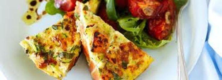 Με τα κολοκυθάκια να είναι απολύτως στην εποχή τους, αρωματικά και κρουστά, σήμερα έχουμε μια εύκολη αλλά πολύ νόστιμη συνταγή για lunch ή dinner.