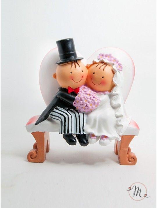 Calamita Sposi Panchina. La calamita sposi panchina è in resina dipinta a mano e sul retro possiede un anellino dorato che renderà più facile attaccarla ad un sacchettino, ad una scatolina o ovunque voi vogliate. Pit & Pita® Collection originale! Di questa stessa linea sono disponibili anche portabigliettini e cake topper. Ordine minimo 6 pezzi e multipli di 6. Formato 5 cm. In #promozione #bomboniere #matrimonio #weddingday #ricevimento #wedding #sconti #offerta #calamite