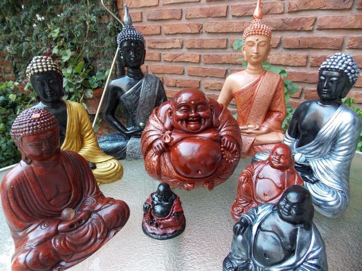 Buda tibetano #3 en caoba - altura: 17 cm, Buda tibetano #4 en dorado y negro - altura: 21 cm, Buda tibetano #5 en peltre y negro - altura: 28 cm, Buda Gordo #1 en caoba y negro - altura: 6 cm, Buda Bola en caoba - altura: 16 cm, Buda tibetano #5 en piel oscuro y cobre - altura: 28 cm, Buda Gordo #2 en caoba - altura: 10 cm, Buda Gordo #2 en peltre y negro - altura: 10 cm y Buda tibetano #4 en peltre y negro - altura: 21 cm.
