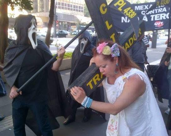 TRABALHADOR CARREGANDO A CRUZ DA PERDA DE DIREITOS