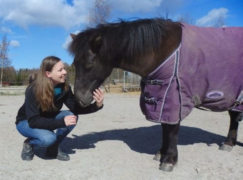 """Mira Huhta och socialpedagogisk hästverksamhet. Här ser ni Mira tillsammans med Duett vid Stall Långvik. Mira Huhta ja sosiaalipedagoginen hevostoiminta. Kuvassa Mira ja Stall Långvikin Duett.  Läs mer / Lue lisää, Vaasan Ikkuna  (klicka på """"pinnen"""" och sedan på bilden eller länken till tidningens sidor)"""