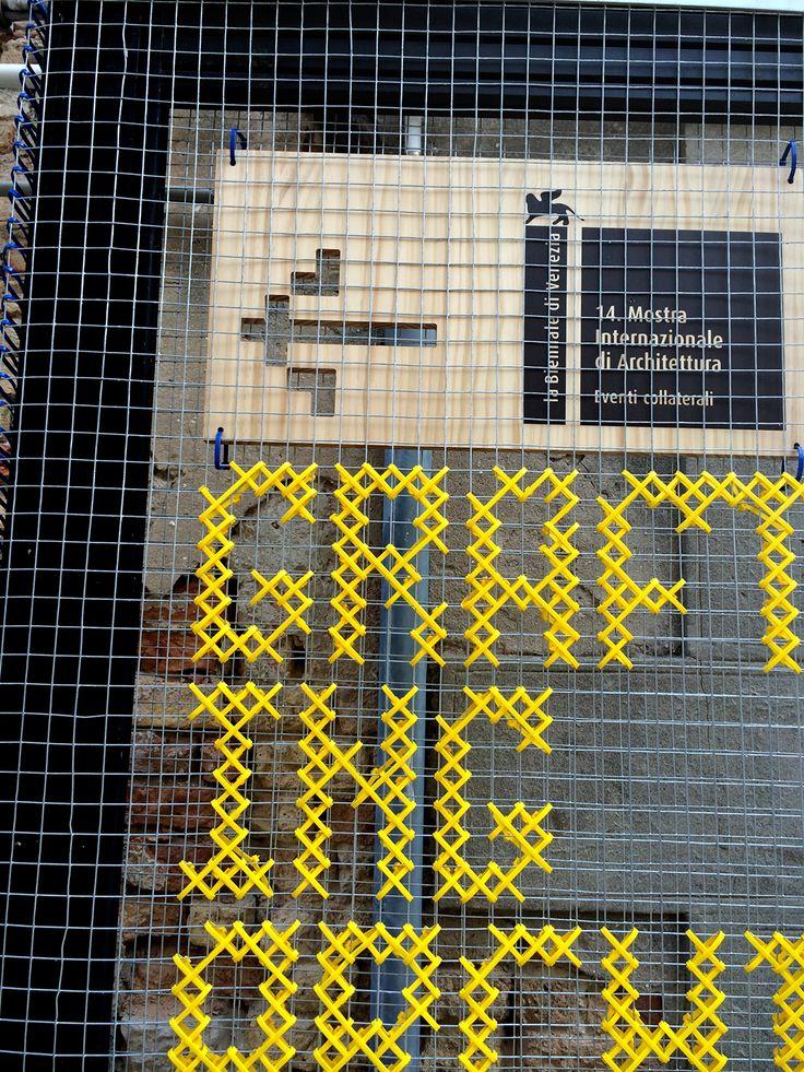 Détail - Typo au point de croix façon canevas - signalétique sur grillage avec fil plastique Grafting Architecture on Behance