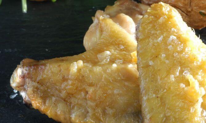 alette di pollo con insalata di funghi e rucola Ingredienti 12 alette di pollo 8 patate piccole 250 gr. di funghi 140 gr. di rucola 3 spicchi d'aglio aceto olio di oliva sale Preparazione Pulite le patate e, con un filo d'olio e del sale grosso, mettetele in forno a 220 °C  per 20 minuti. Pulite bene le ali del pollo, tagliando le punte e il grasso in eccesso. In un mortaio, pestate a pezzettini tre spicchi d'aglio con un po' di sale grosso. Una volta ben schiacciati, metteteli in una…