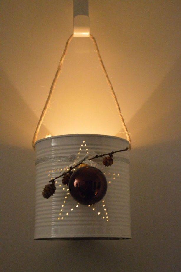 wit+blik+met+gaatjes+in+de+vorm+van+een+ster,+gepimpt+voor+kerst.+