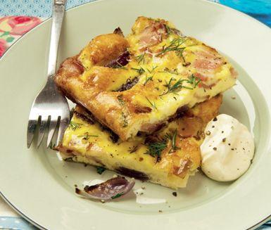 Recept: Ugnsomelett med rostad lök och bacon
