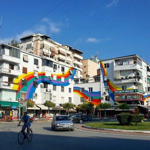 Dopo circa 40anni di dittatura, il Primo Ministro albanese consiglió a tutti i cittadini di #Tirana colorare i muri esterni delle proprie abitazioni come espressione di libertà   #myalbaniaexperience #ridieassapori #instagramalbania #visitalbania #expo2015 #travel #experienceblog #streetart #albania #balcani