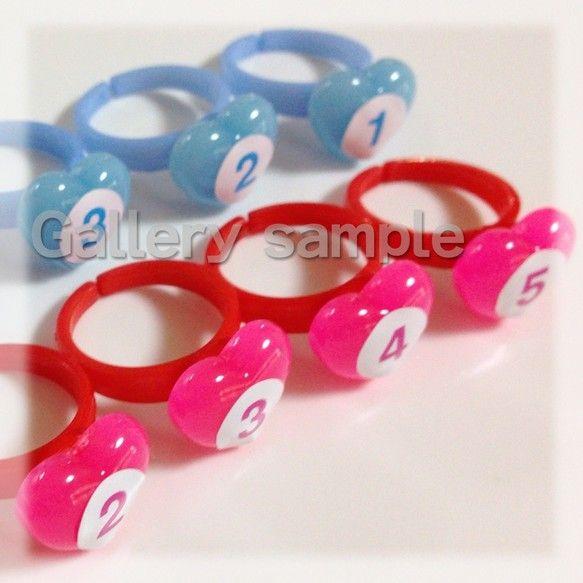 数量限定で販売開始です!♪指番号付ゆびのトレーニング用ハートの指輪(右手用・左手用)--------------------------------------ピアノレッスンでは必需品の子供サイズ指のトレーニング用指輪!ハートのトップに番号が付いています。番号が付いていて分かりやすいし、指のトレーニングが大好きになれます。女の子はもちろん指輪が大好き!指輪は珍しいのか、男の子も喜んで付けてくれますよ♪金属ではないので、デリケートな子供たちの指がかぶれる心配もなし!◆-----  販売サイズ -----◆リングサイズ:直径約18mm/内径約15mm台座:直径約8mm(シール直径8mm)★   素材   ★プラスチック★   指輪のカラーについて   ★右手リングの色:赤ハートトップの色:ピンク右手用指輪:数字ピンク(1番~5番) 左手リングの色:水色ハートトップの色:水色左手用指輪:数字水色(1番~5番) *指番号シール右手はピンク。左手は水色で作成しました。◆---    注  意…