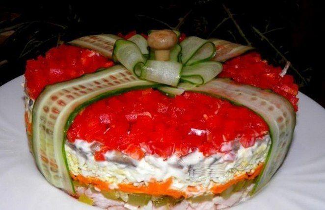 Салат Подарок - это маленький праздник на обеденном столе. Попробуйте приготовить его и вы. Майонез можно заменить сметаной с горчицей. Ингредиенты и приготовление:Этот салат уложить слоями и кажды…