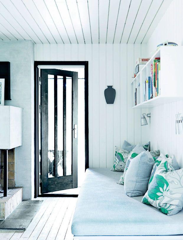 Stylist og boligskribent Katrine Martensen-Larsen har overtaget sommerhuset i Odsherred efter sine forældre, der selv har bygget det i slutningen af 1960'erne. Dengang var indretningen i ægte 70'er-stil, med brune og orange farver. I dag har den nye generation rykket ind og trævægge og trælofter er malet hvide – og brun og orange er erstattet med kølige blå og grønne toner.