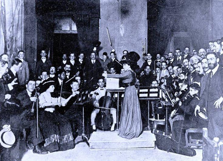 María Rodrigo, dirigiendo en 1907 la orquesta del Real Conservatorio Superior de Música de Madrid (RCSMM).