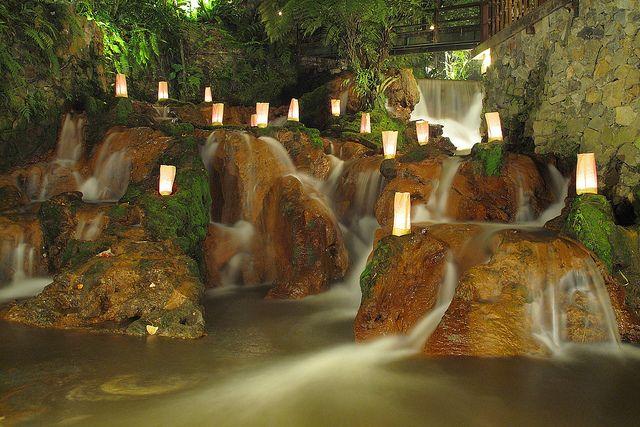 Bandung! Salah satu tempat yang paling INDAH di Indonesia! Disini kalian bisa dapat gunung yang indah, pemandangan indah, pepohonan, air terjun, danau.. tapi yang kita akan bicarakan disini adalah ...
