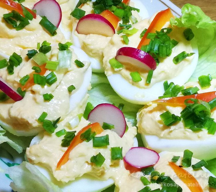 Szybkie i proste danie czyli jajka faszerowane z chrzanem. W sam raz na niespodziewanych gości, ale równie dobrze sprawdzają się na stołach zastawionych wędlinami jako dodatek. Jajka są delikatne jednak z wyraźnym smakiem chrzanu więc świetnie się właśnie z produktami mięsnymi komponują.