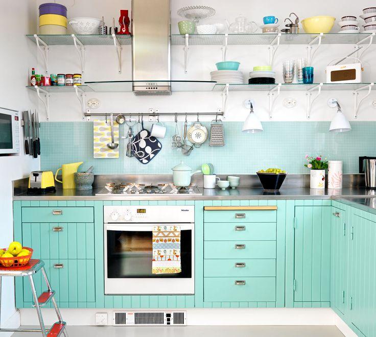 Våga blanda möster och starka färger. Det här köket har målats i turkos färg för att livas upp.