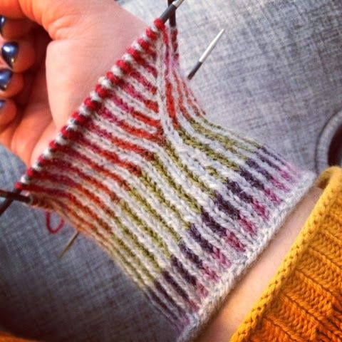 Twined knitting (Wrist warmers) Underbar tvåändsstickning hos dödergök.