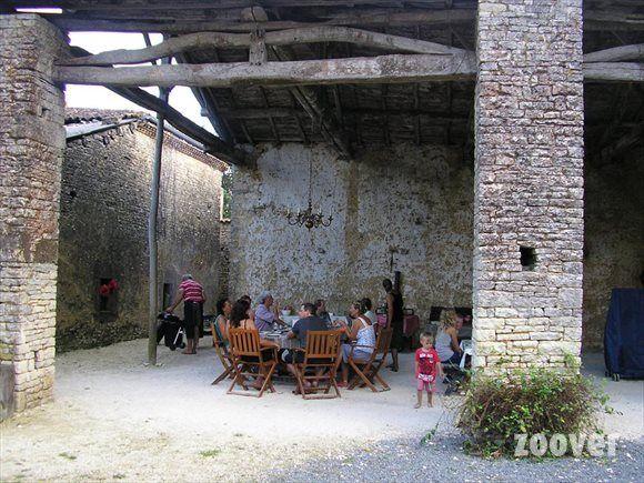 Poitou-Charentes-Domaine de Chantageasse is een 17e eeuwse authentieke boerenhoeve met gîtes, chambres en tables d'hôtes (met elke avond een ander thema) . Er is een groot zwembad en speeltuin en de kust is op rijafstand.