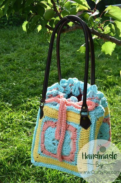 A funky crochet bag. www.CraftyRie.com #bagmaking #crochet #crochetbag #bagpattern