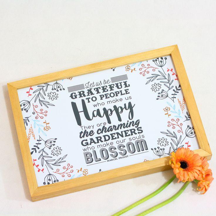 Let Us Be Grateful (APR16-08) Hiasan dinding ini mengajak kita untuk terus bersyukur atas orang-orang tersayang di sekitar kita yang bisa membuat kita bahagia. Karena merekalah, kita bisa merasakan kebahagiaan dan arti hidup yang sesungguhnya. Pasang hiasan dinding ini di ruang keluargamu, agar suasana di rumah semakin hangat.