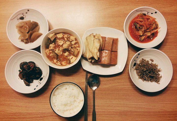 오늘 아침 뭐 먹었지?국: 소고기 강된장메인 : 새송이 버섯구이 곁들인 햄서브 : 양파피클, 멸치볶음, 가지볶음, 도라지오이무침