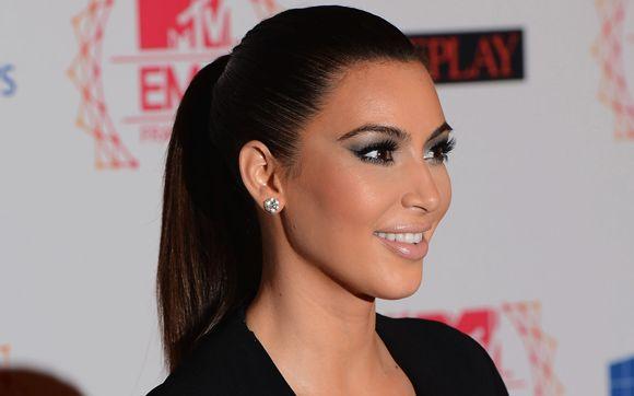 Kim Kardashian investiu no rabo de cavalo alto e com fios chapados! A franja foi toda penteada para trás e, com ajuda de um spray de fixação forte, não ficou um fio fora do lugar!