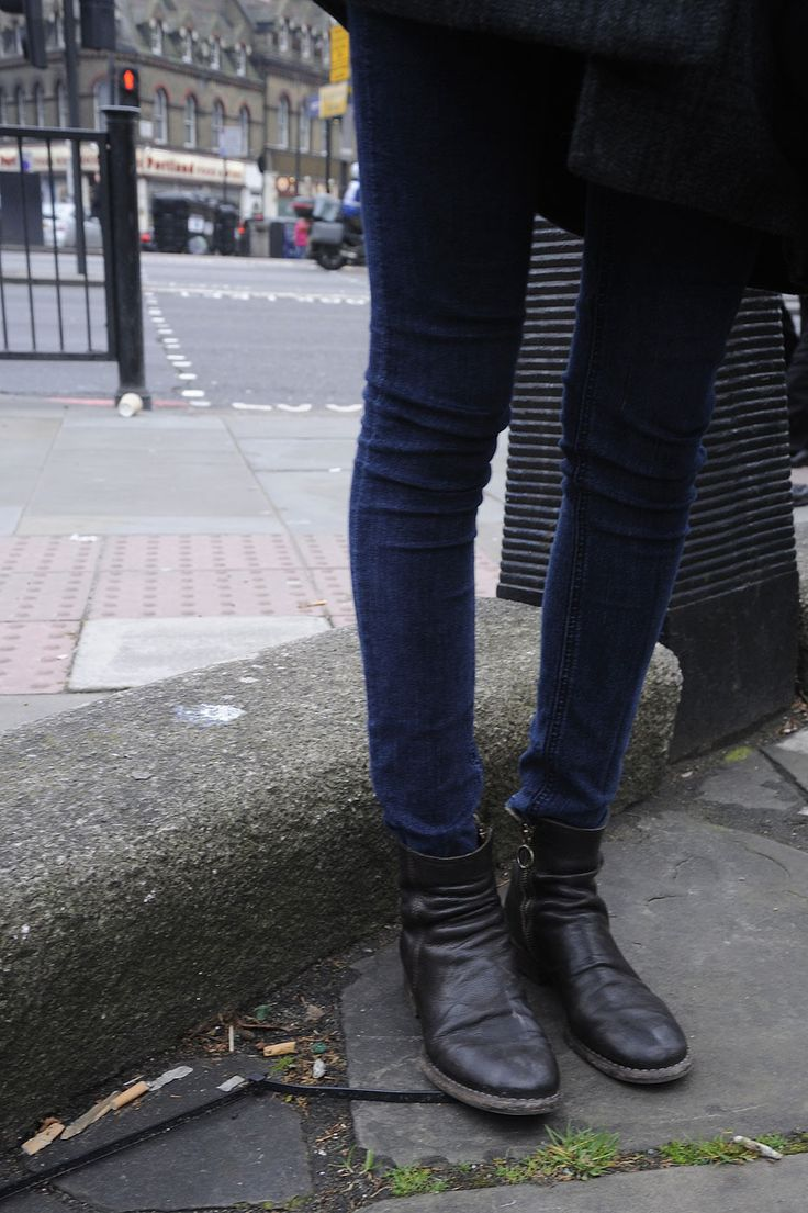 casual look. jeans and boots. Ladies Street Style, Women's Fashion. My Fashion Book