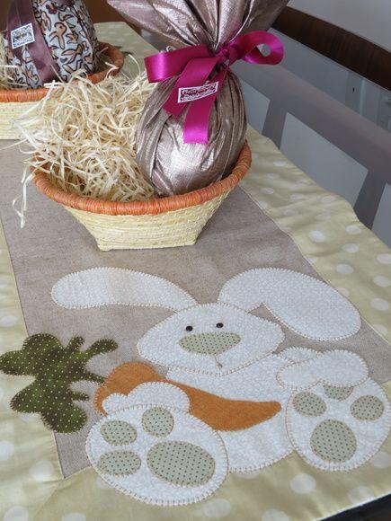 Caminho de mesa em linho com barrado Poá grande. Aplicação de coelho nos dois lados do caminho em patch aplique com ponto caseado.