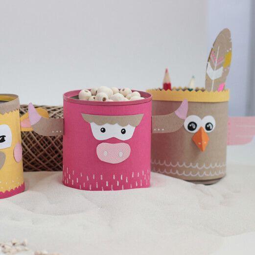 Créez un joli totem d'indiens avec des boîtes de conserve pour que vos enfants rangent leurs crayons et leurs petits trésors. Découvrez toutes nos idées...