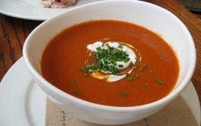 Vellutata di peperoni - La vellutata di peperoni è una ricetta semplice e gustosa, da servire come antipasto oppure come piatto unico. La vellutata può essere accompagnata con dei crostini che potete ottenere tostando in padella delle fette di pane senza l'aggiunta di alcun condimento. Per rendere i crostini più saporiti potete condirli con un filo d'olio e un po' d'aglio. Una volta pronta, servite la vellutata di peperoni ben calda guarnendola con un filo d'olio e un po' di prezzemolo…