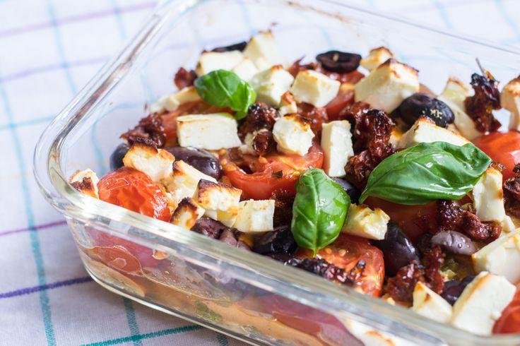 Saftige Hähnchenstückchen in einem mediterranen Sud, getoppt mit Feta und Oliven. Das Ganze ist Low Carb und extrem lecker - versprochen.