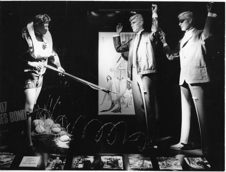 Midten av 60-tallet: Kløverhusets utstillingsvindu med James Bond som tema. Dekoransvarlig hentet tydelig inspirasjon fra dette tiåret.