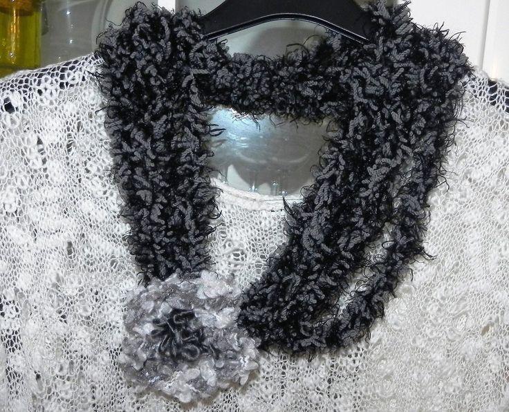 Sciarpa collana fatta a mano con fiore e piuma nero-grigio , by Nuvola rossa, 8,40 € su misshobby.com