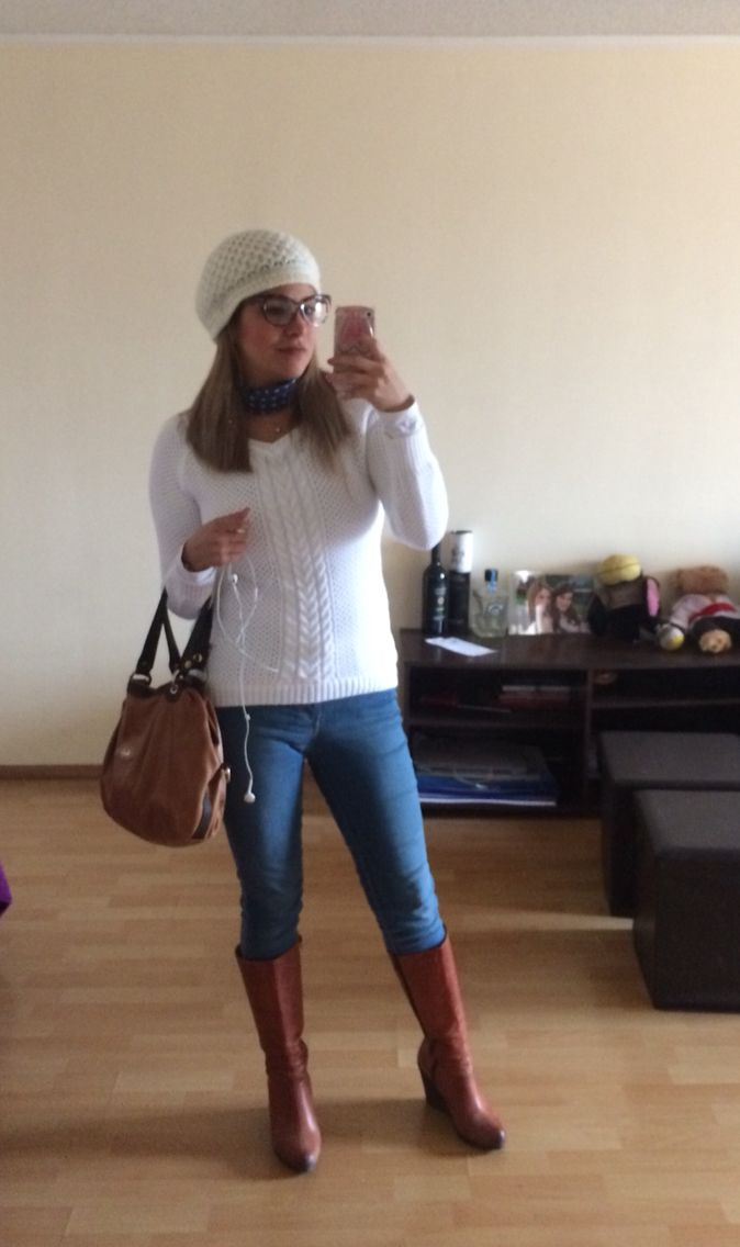 Chompa blanca, jean celeste, botas camel.