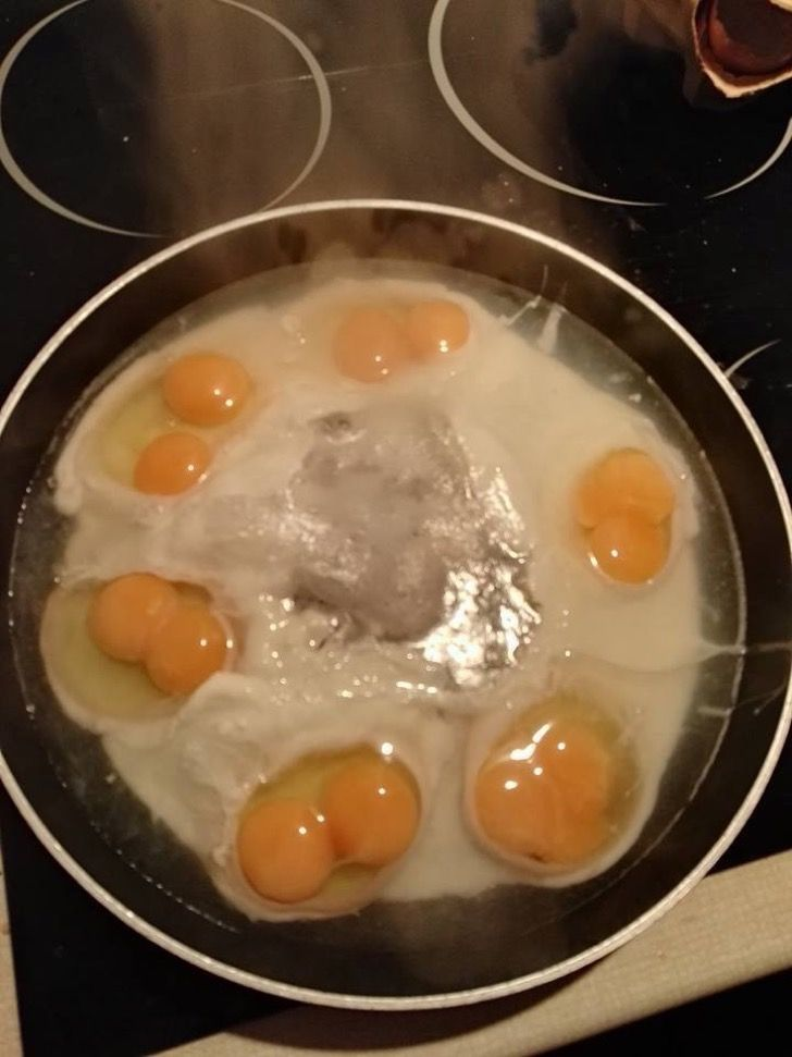 Él quebró las cáscaras de 6 huevos de corrido. Al bajar la mirada se le pararon todos los pelos