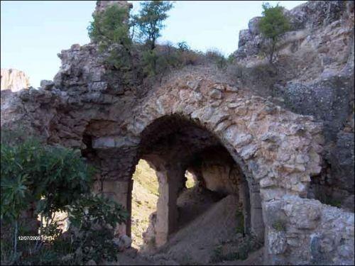 Gerger Kalesi (Adıyaman)Gerger ilçesinin güneyindeki Oymaklı (Nefsi Gerger) Köyü yakınındadır. Aynı zamanda Berber Kalesi olarak da tanınan, sarp bir kayalık üzerindeki Orta Çağ'dan kalma bu kale, günümüze son derece iyi bir durumda gelmiştir.   Hitit döneminde yapıldığı sanılan kalenin, MÖ.II.yüzyılda Kommegenelerin soyundan Arsemes tarafından kurulduğu iddia edilmektedir. Kale aşağı ve yukarı kale olmak üzere iki bölümden, blok taşlardan meydana gelmiştir. Kalenin batı surlarında Kral…