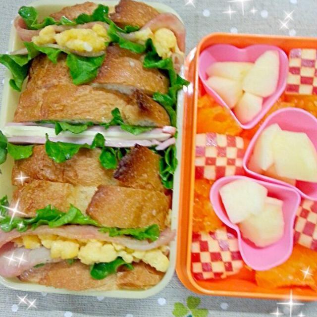 """おはようございます(*^o^*)  千尋さん、ミホちゃん、うっちーさん、*さくら*さんが美味しそうなサンドイッチのお弁当を作ってたので・・・いつか作りたかったKANAさんのバケットサンドでお弁当作ってみました❀(*´▽`*)❀  皆さん朝から申し訳ありませんが食べ友お願いします(❁´◡`❁)*✲゚*  *スクランブルエッグとベーコン *ハムチーズ *リンゴ *伊予柑  リンゴの飾り切り初挑戦(。`・ω・)9""""(笑)ちょっと雑(´๑•_•๑)(笑) - 157件のもぐもぐ - バケットサンドのお弁当 by 桜里"""
