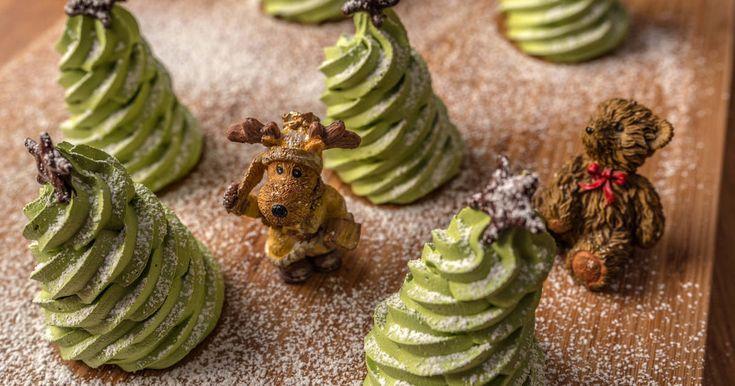 Mennyei Karácsonyi habfenyő recept! Macerásnak tűnik, de nem az, viszont nagyon szép ehető dísz lesz belőle karácsonyra! A két órás sütést, illetve inkább szárítást be kell tartani, valamint az alacsony hőmérsékletet is, különben nem zöld, hanem barna lesz :)