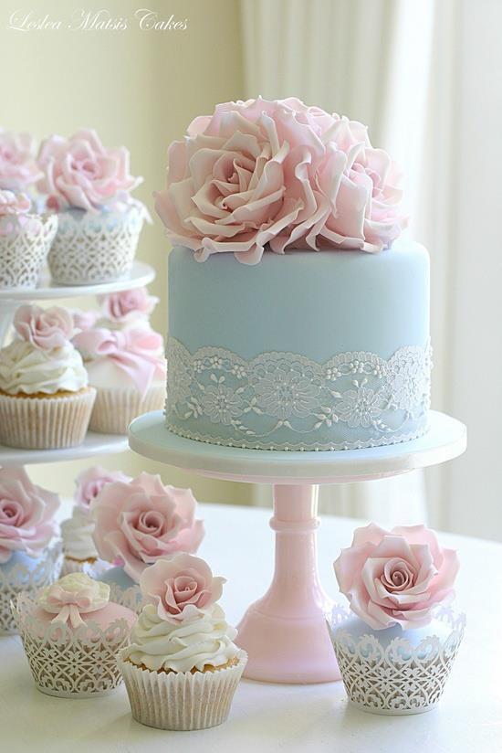Torte in Pastellfarben mit Spitze