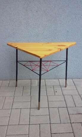 80 zł: Lekki stolik na konstrukcji metalowej, z wyplataną półką. Stolik stabilny, choć lekko skrzywiony. Metal w dobrym stanie. Blat politurowany, łatwy do odkręcenia. Wysokość 62,5, głębokość 39, szer. 74 c...