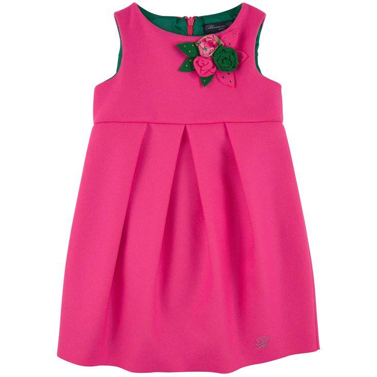 Платье свободного покроя из шерстяного драпа ярко-розового цвета. Контрастная подкладка темно-зеленого цвета. Круглый вырез горловины. Без рукава. Плоские защипы под линией талии для создания объема в нижней части платья. Потайная молния на спинке. Аппликация в виде цветов из ткани на груди. Монограмма в стразах в нижней левой части. Допускается ручная стирка в холодной воде или сухая чистка. - $ 192,00