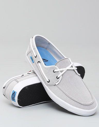 Mocassim extremamente combinável. Combina com todas as cores. A neutralidade das duas cores (branca e cinza) não diminui o nível do calçado em nada. Pelo contrário.