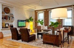 Unverputzte Ziegelwände sind am besten durch industrielle Wohnzimmern ausgespielt. Foto von Helaina Bernstein Design