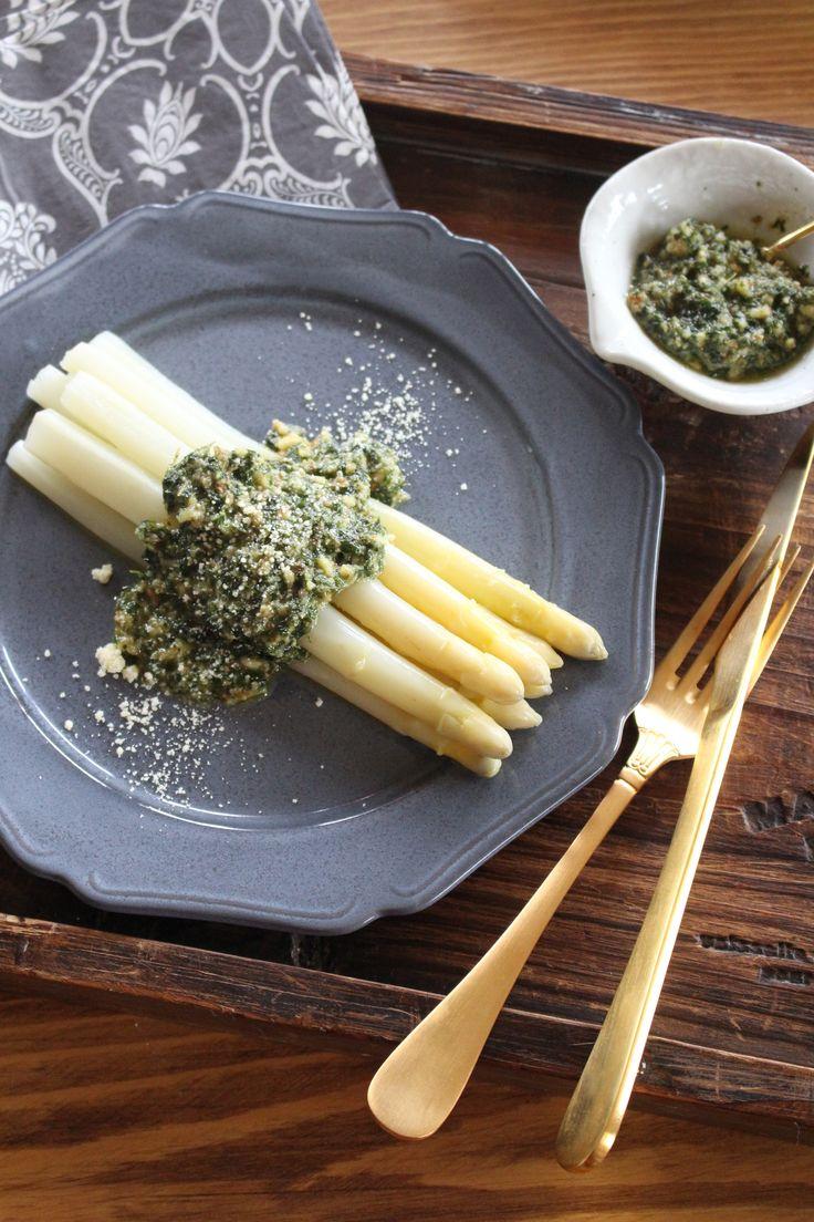 ホワイトアスパラの美味しい茹で方とアーモンドミントソース by 貞本紘子(colette) / 今が旬の生のホワイトアスパラ。手に入ったら是非作ってみて下さい。茹で汁も野菜スープやリゾットなどに使えます。 / Nadia