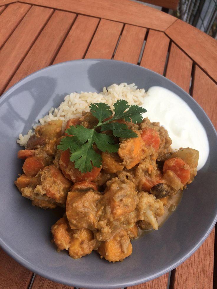 Vegan curry Indiaas. Gezond Indiaas vegan curry recept met veel groenten zoals zoete aardappel, wortel, bloemkool, kokos en Indiase kruiden.