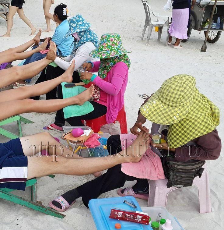 Тайский массаж в Тайланде имеет большую популярность, поэтому его назвали тайским, хотя искусство массажа пришло в Королевство из Китая и Индии.  Основоположником тайского массажа является личный знахарь царя из Индии. Тайский массаж в первую очередь применяли в лечебно-оздоровительных целях.