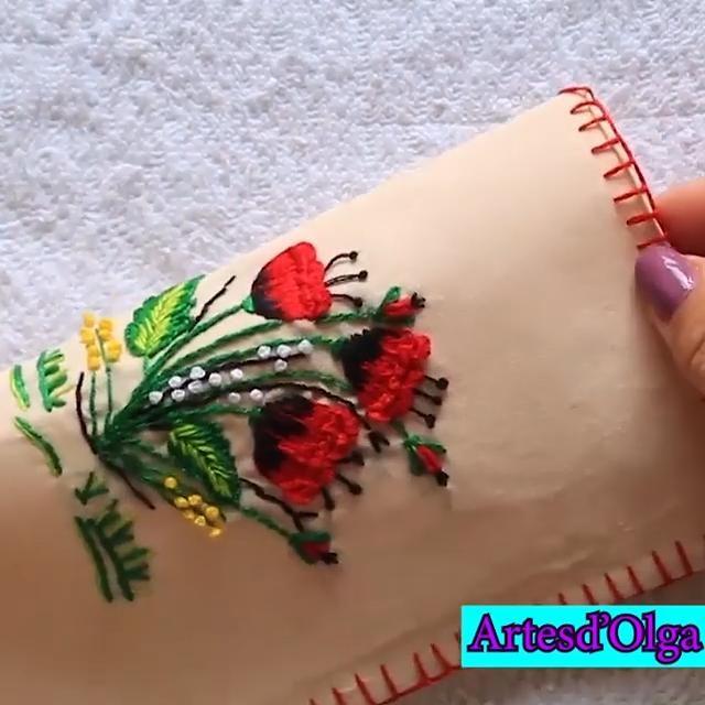 Te comparto un bordado para el estuche de las gafas. Hand Embroidery Patterns Flowers, Irish Crochet Patterns, Basic Embroidery Stitches, Hand Embroidery Videos, Embroidery Stitches Tutorial, Creative Embroidery, Hand Embroidery Designs, Couture, Hand Embroidery Stitches