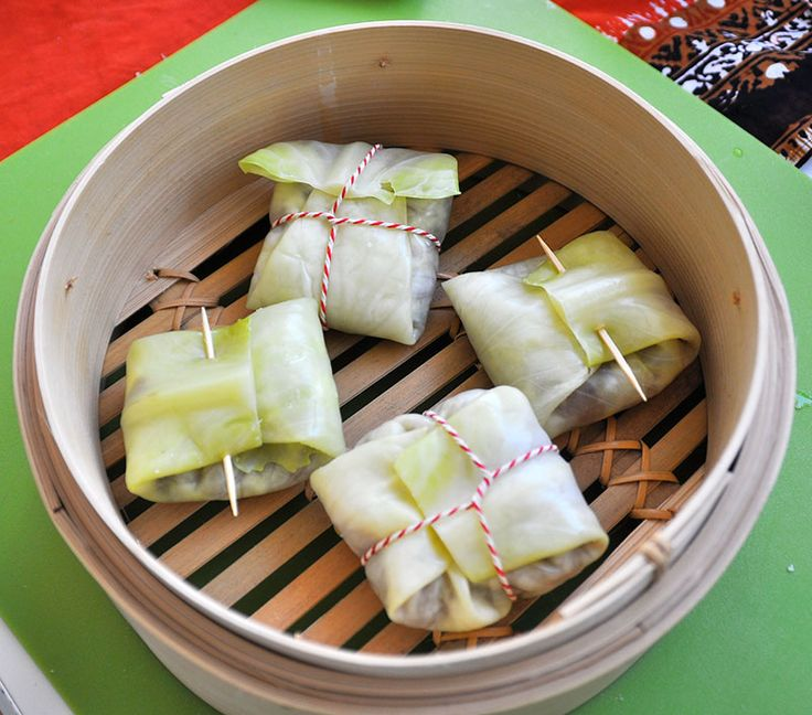 Bebotok is gekruid gehakt verpakt in pakketje van koolbladeren. Het zijn echte verassinkjes. Klaar in een uur, dan 20 minuten stomen.