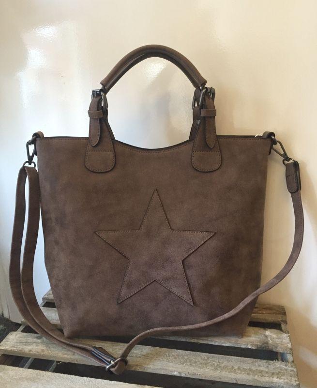Tas  bag in bag  ritssluiting en extra verstelbaar hengsel.  De tas is van het type bag in bag wat wil zeggen dat de grote tas nog een klein tasje binnen in heeft zitten.  Deze kan je leuk los dragen in combinatie  met het extra hengsel.  30x35x12cm  kleur tauper