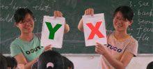 Lehrerin mit X-Y-Spielkarten